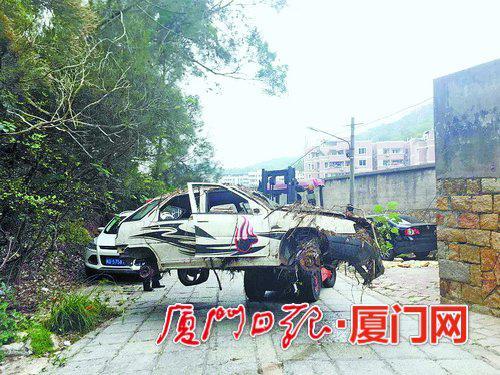 """工作人员在文屏路附近清理""""僵尸车""""。(本报记者薛尧摄)"""