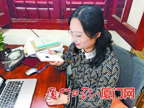 一位女士正对着手机用闽南话进行语音输入。