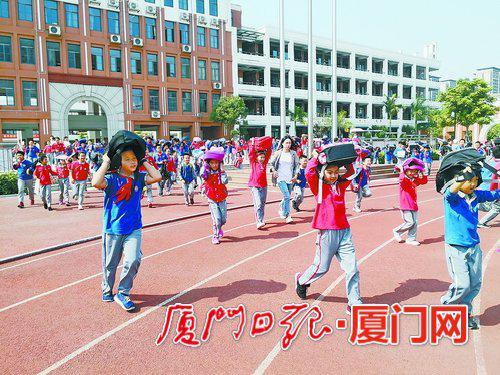 五缘第二实验学校昨举行演练。(纪文雅 摄)