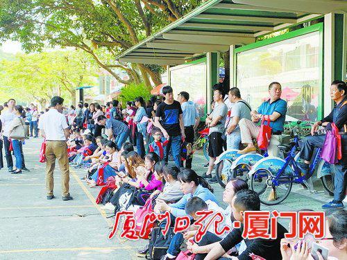 考生家长在厦门外国语学校初中部门口等待。