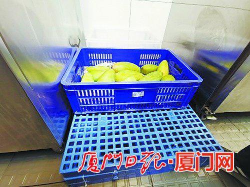 整改后,水果已按照要求存放。