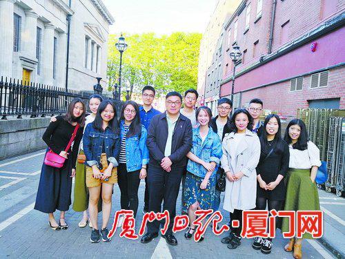 院长陶涛探望在都柏林商学院学习的学生。