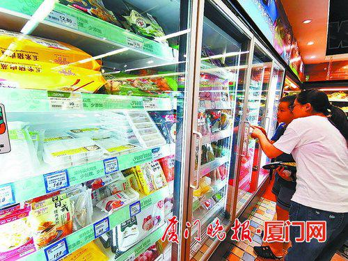 ■选购食品时,一定要看清生产日期和保质期。陈立新 摄