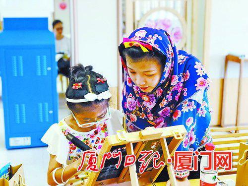 孩子们正在学习惠和影雕。