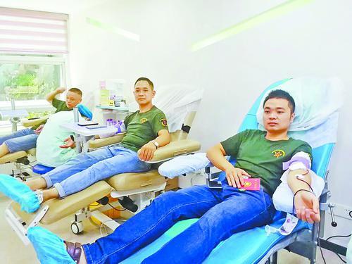鹭岛老兵志愿服务队队员昨日在厦门市中心血站献血。