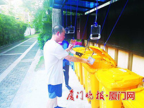 ▲业主首次使用拉手投放垃圾。