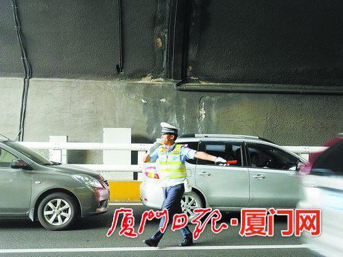 林跃东正在梧村隧道转盘处指挥交通。