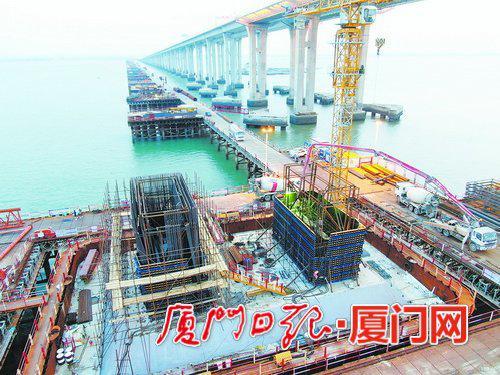 新建福厦铁路泉州湾跨海大桥主墩塔柱浇筑施工。