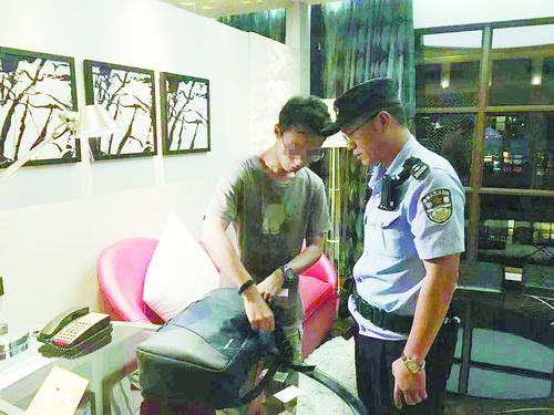 民警在酒店将黄某控制。(警方供图)
