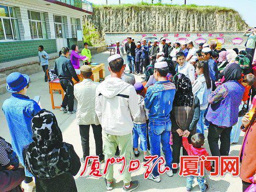 ▲湖里区人社局到甘肃东乡族自治县开展招聘,企业在现场介绍。