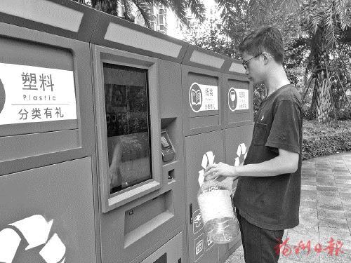 设备维护员演示刷脸投放垃圾。通讯员 许琳晶 摄