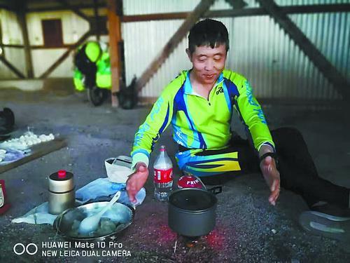 王顺锦在修车和做饭
