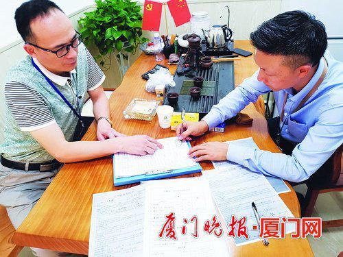 -中介机构工作人员(右)签字确认检查结果。