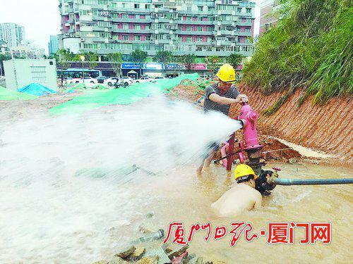 厦门吕岭路金尚路交叉路口 挖机撞到消防栓马路上水流成河