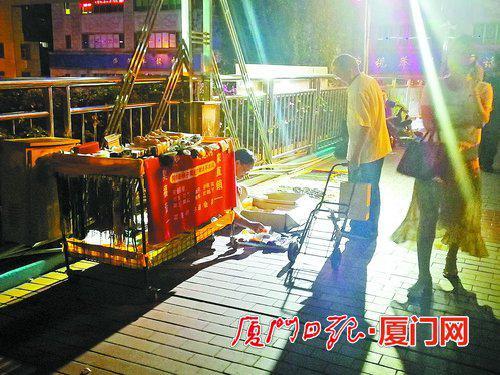 一座天桥摆了十个摊位 厦门占道摆摊不文明现象仍然存在