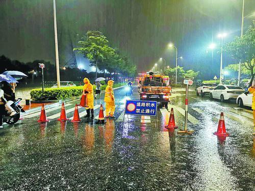 厦门同安多处积水:交警消防冒雨上路救援 赤脚疏导交通