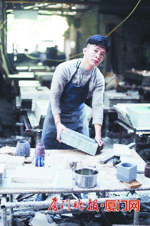 ▲杨龙潭在水泥工厂里。