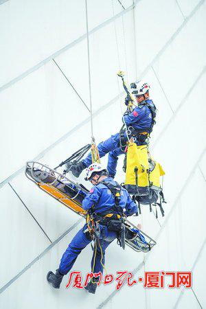 曙光救援队带来的高空绳降救援展示。