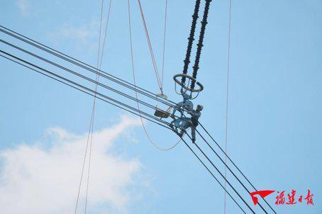 世界首次!1000千伏特高压带电更换绝缘子在福建实施