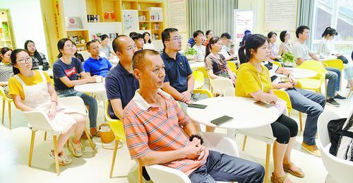 大家聚精会神地参与宣讲活动。