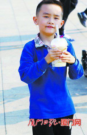 ▲爽口的饮料是孩子们的最爱,医生提醒不要过量饮用。