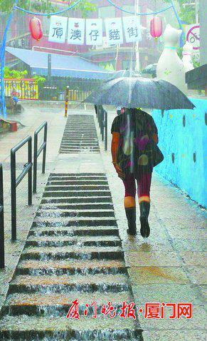 ▲我市南部部分镇街上午出现超100毫米的强降水。 拍客洪丰余 摄