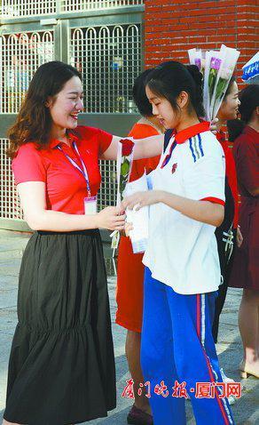 送你一枝花,祝你好运。 刘东华 摄