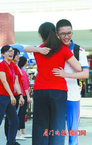 一个拥抱,祝福满满。 刘东华 摄