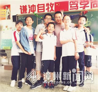 俞盛华(左五)与孩子们在一起