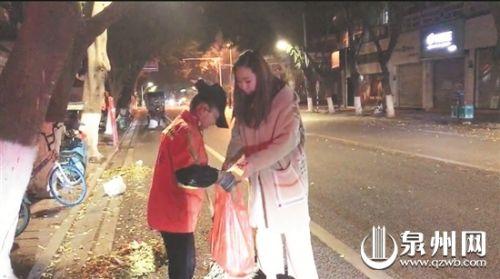 杨小姐送慰问品给环卫工人(图片由受访者提供)