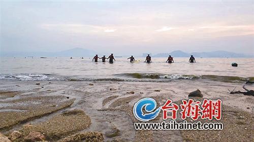 ▲救援队正在海上搜救溺水大学生