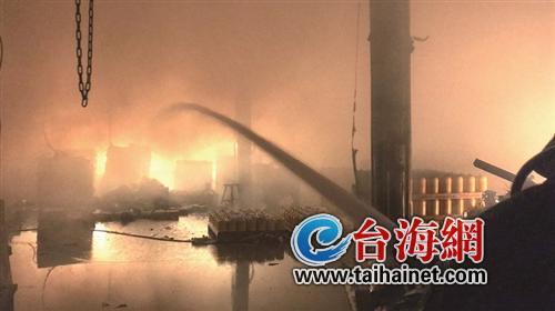 漳州一家具厂着火部分顶棚被烧塌 无人员被困伤亡