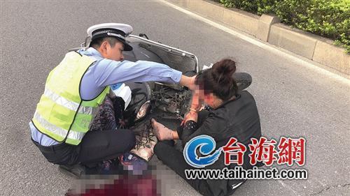 ▲交警正在用纸巾给伤者止血