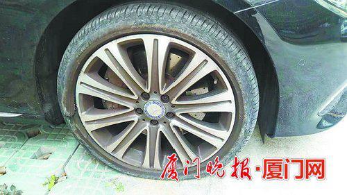 -黄先生的车子右前轮再次爆胎。