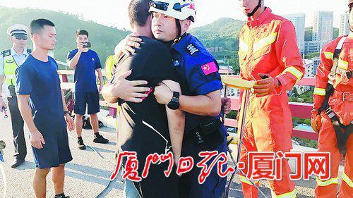▲王刚将男子救回桥面后,紧紧抱住了他。(曙光救援队 供图)