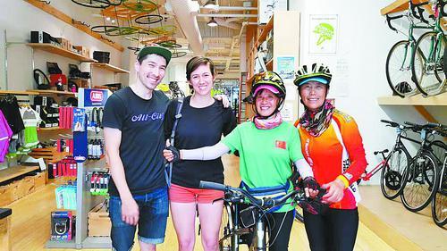 梦飞(右二)、群雁行与美国女孩凯瑟琳、修车店小伙子