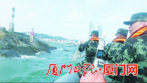 海警乘快艇赶到事发海域营救被困礁石的游客。