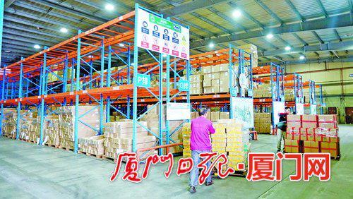 中欧中亚国际班列集货中心内,工人正在进行装拼箱作业。