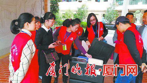 双十中学思明分校家长积极参与,保障学生用餐安全。
