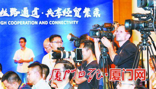 中外记者聚焦首届丝路海运国际合作论坛。(厦门日报社全媒体记者 郑晓东 摄)