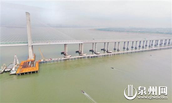 昨日,福厦客专泉州湾跨海大桥(福州侧)临时栈桥拉通。 (陈小阳 摄)