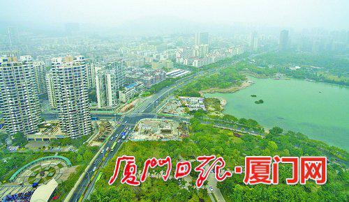 1月12日,大雾笼罩厦门。图为海沧区滨湖北路。(本报记者何炳进航拍器摄)
