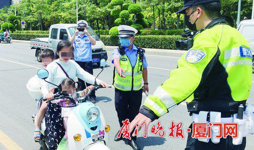 厦门:骑摩托车电动车请戴好安全头盔 今年已查处近2万起
