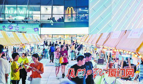 """万达广场在""""五一""""期间开设的主题市集活动。"""