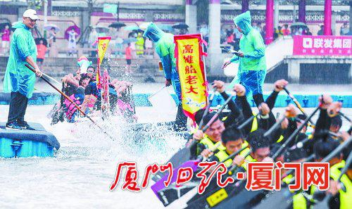 昨日下午的龙舟拔河赛在大雨中举行。