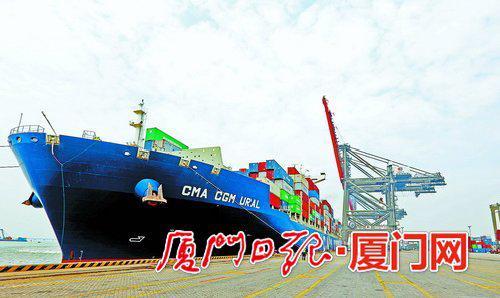 我市外贸经济持续向好。图为繁忙的远海码头。(本报记者 何炳进 摄)