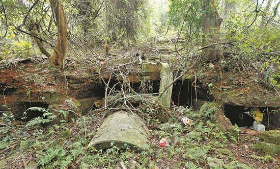 坟茔依嵌在山坡,有被破坏的痕迹。