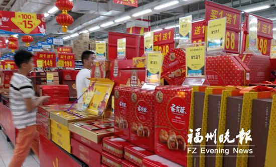 超市许多品牌的月饼都在促销。