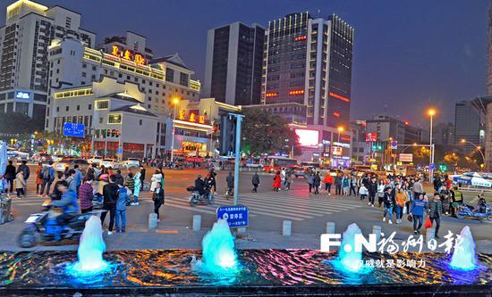 春节假期,东街口商圈人气旺。记者郑帅 摄