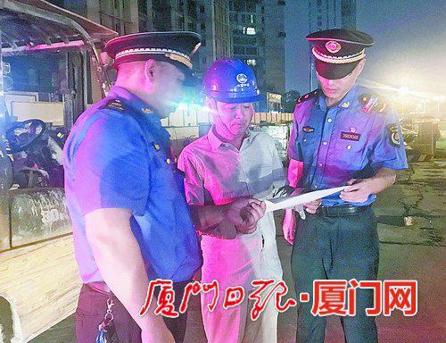 执法人员向工地施工方重申限噪措施。
